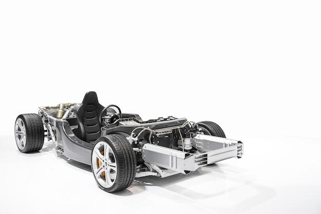 Detalhe do motor de automóveis do fórmula 1 isolado no fundo branco.