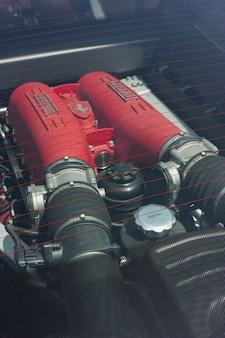 Detalhe do motor, em particular do sistema de admissão, de uma ferrari, o esportivo por excelência.