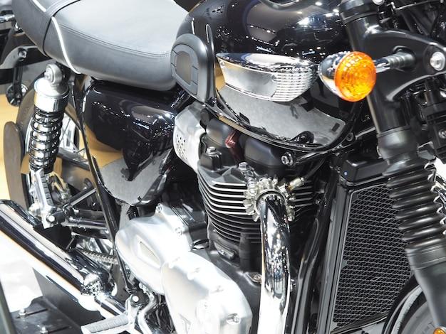 Detalhe do novo motor de tecnologia de motocicleta brilhante e limpo de fábrica, o transporte