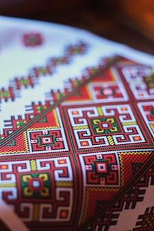 Detalhe do padrão nacional da europa oriental na toalha