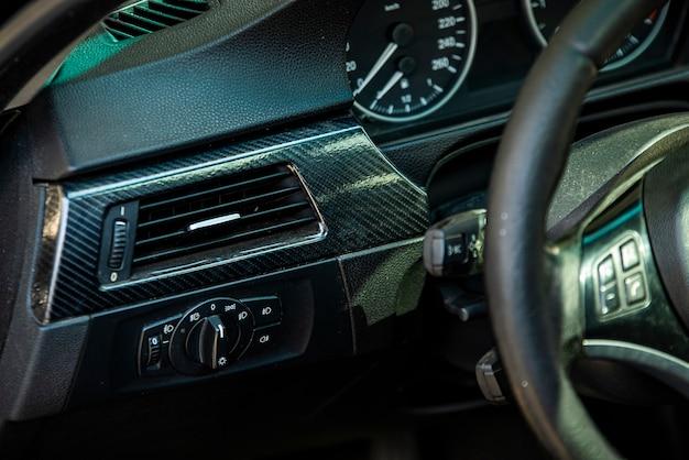Detalhe do painel do interior do carro em close-up