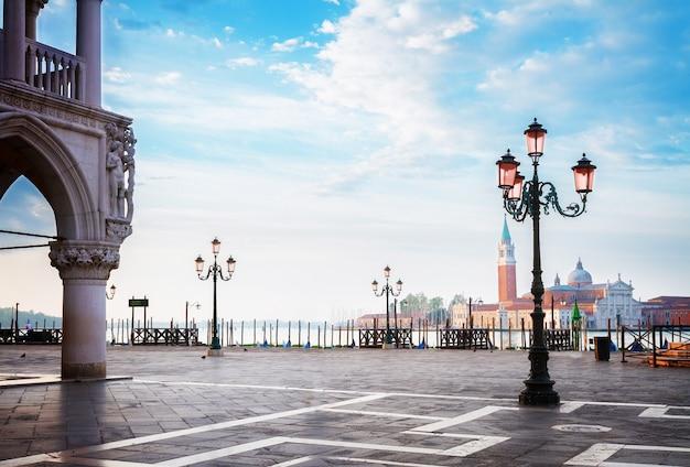 Detalhe do palácio dos doges e praça de san marco, veneza, itália, tons retrô