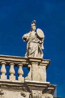 Detalhe do palazzo maffei com a estátua da divindade na piazza delle erbe em verona, itália