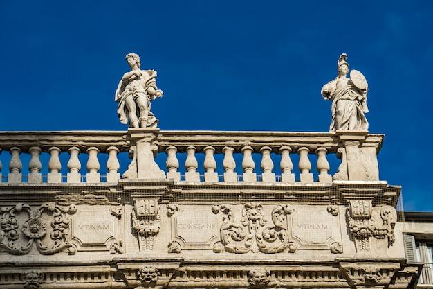 Detalhe do palazzo maffei com estátuas de divindades na piazza delle erbe em verona, itália