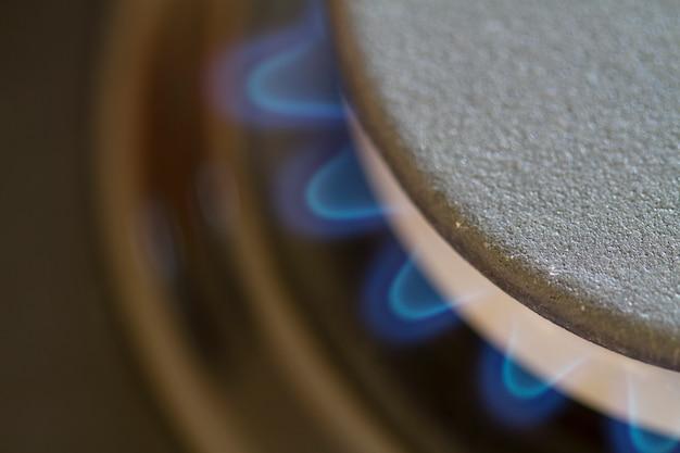 Detalhe do queimador de gás com chama azul