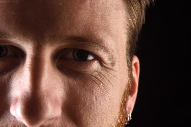 Detalhe do rosto de um homem de trinta e poucos anos