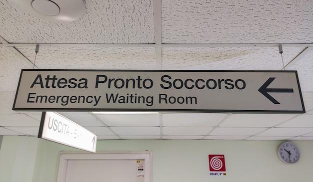 Detalhe do sinal da sala de espera de emergência no interior de um hospital