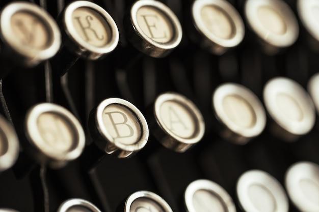 Detalhe do teclado de uma máquina de escrever preta