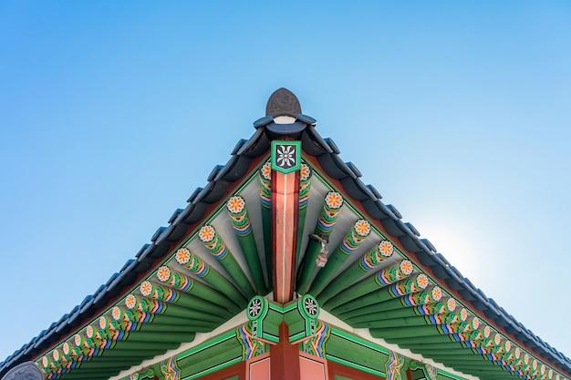 Detalhe do telhado da construção histórica no palácio de gyeongbokgung em seoul, coreia.