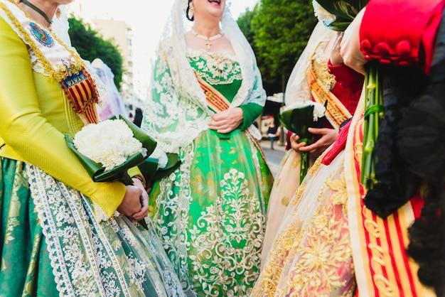 Detalhe do vestido tradicional de valenciana fallera espanhola, tecidos coloridos com bordado intrincado.