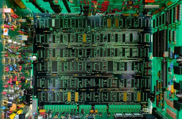 Detalhe dos componentes da placa de circuito eletrônico do close up e um circuito integrado ic