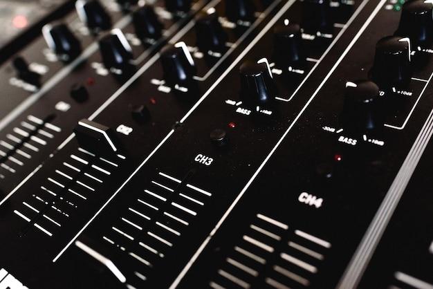 Detalhe dos controles deslizantes de um mixer de áudio para dj