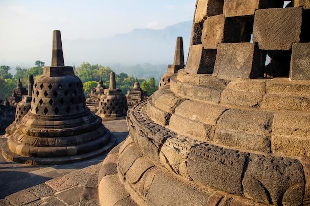 Detalhe dos sinos do templo de borobudur. indonésia