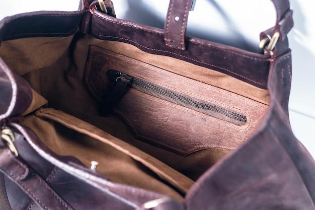 Detalhe elegante bolsa de couro ecológico marrom em um fundo branco