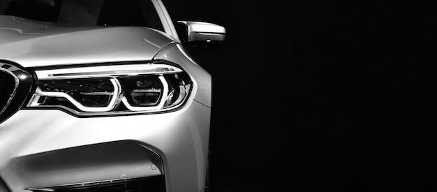 Detalhe em um do carro moderno dos faróis do diodo emissor de luz.
