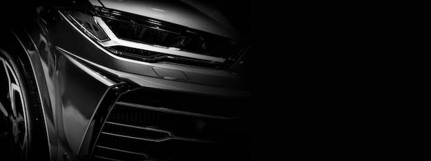 Detalhe em um dos faróis de led super car.copy space, preto e branco, copie o espaço