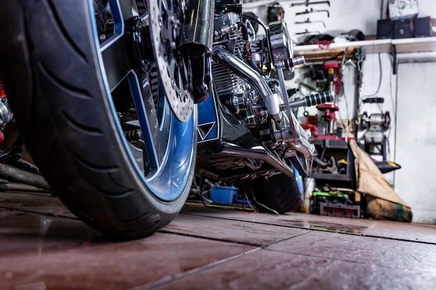 Detalhe em uma motocicleta moderna na área de trabalho. escape da motocicleta.