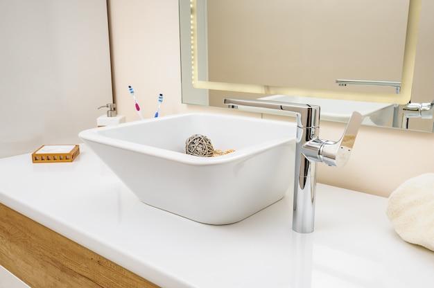 Detalhe interior de casa de banho com pia e torneira
