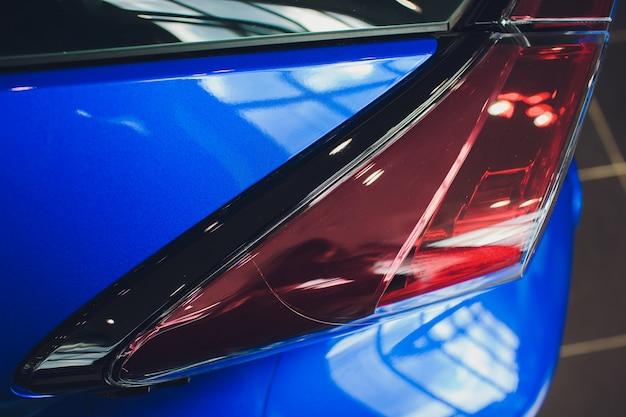 Detalhe na luz traseira do carro azul