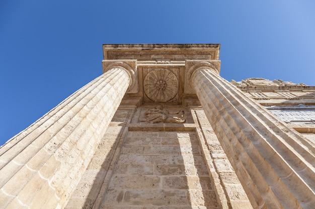 Detalhe na perspectiva das colunas romanas, itália
