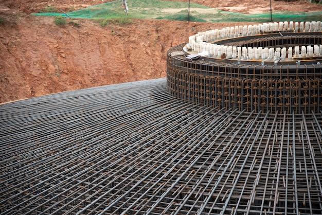 Detalhe vergalhões fundação estrutura moinho de vento