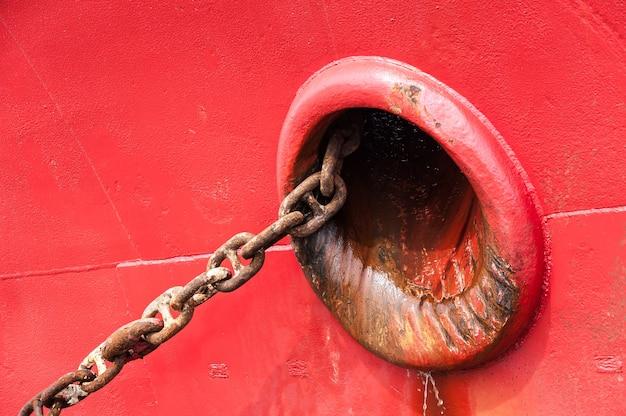 Detalhe vermelho do navio com corrente grande