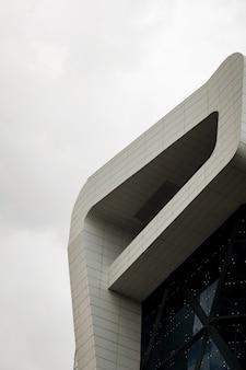 Detalhes arquitetônicos de construção com fachada moderna. design futurista