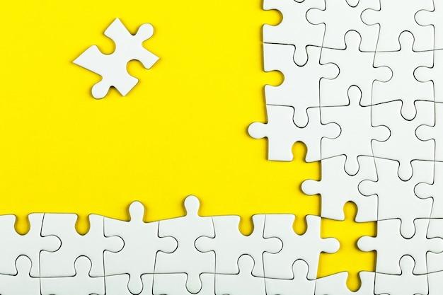 Detalhes brancos de quebra-cabeça em amarelo