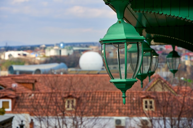 Detalhes da arquitetura da cidade velha. lâmpadas de rua antigas na varanda.