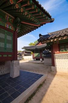 Detalhes da arquitetura do palácio de changdeokgung em seul, na coreia. foto tirada com lente grande angular