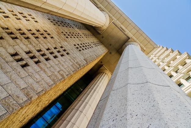 Detalhes da coluna de mármore cinza sobre a construção