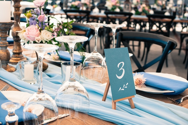 Detalhes da configuração da mesa de decoração de casamento ou evento, azul