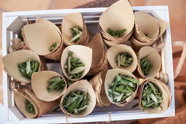 Detalhes da decoração de casamento com folhas de oliveira secas