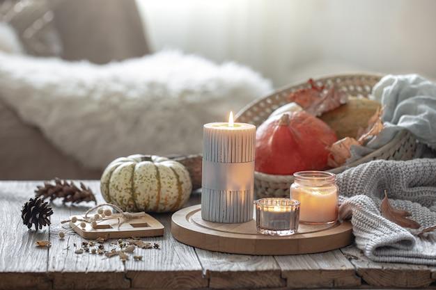 Detalhes da decoração de outono em estilo rústico no interior da sala, close-up.