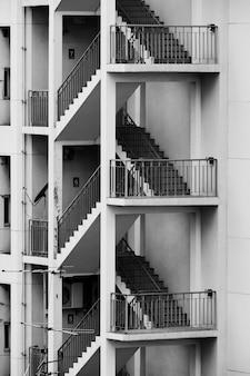 Detalhes da escada ao lado do edifício