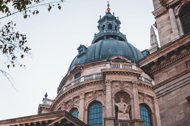 Detalhes da fachada da basílica de santo estêvão, famoso ponto turístico em budapeste