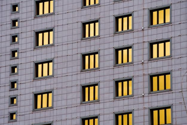 Detalhes da fachada de um arranha-céu moderno feito de vidro e aço closeup no centro de astana