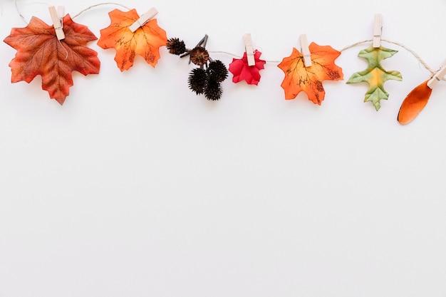 Detalhes da floresta de outono presos a corda