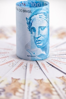 Detalhes das cédulas de dinheiro brasileiro, cento e duzentos reais