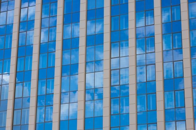 Detalhes de arquitetura de construção, design de fachada. edifício moderno preto e cinza.