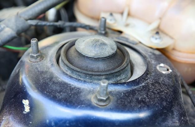 Detalhes de carros antigos em pó, veículo sujo.