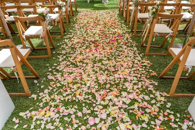 Detalhes de cerimônia de casamento, flores e pétalas para decoração.