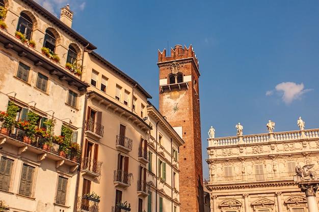 Detalhes de construção na piazza delle erbe em verona, itália
