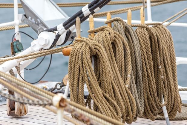 Detalhes de cordas e laços de equipamentos marinhos para veleiros