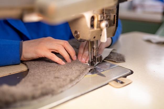 Detalhes de costura em pele e couro. produção de calçados. para qualquer propósito.