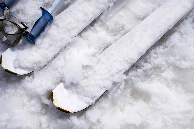 Detalhes de esqui disfarçados com neve no inverno