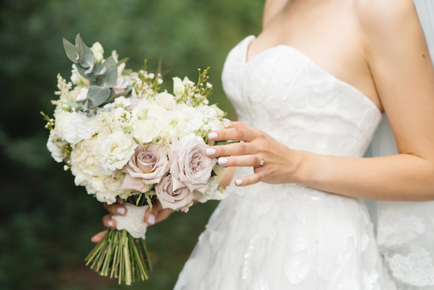Detalhes de manhã nupcial. casamento lindo buquê nas mãos da noiva, foco selectoin