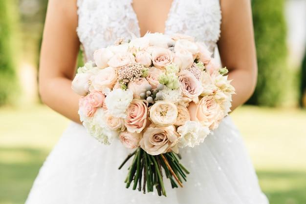 Detalhes de manhã nupcial. casamento lindo buquê nas mãos da noiva