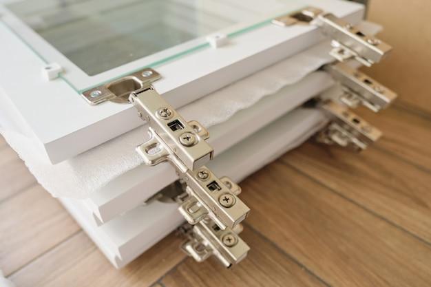 Detalhes de móveis close-up, instalação de portas de vidro do armário