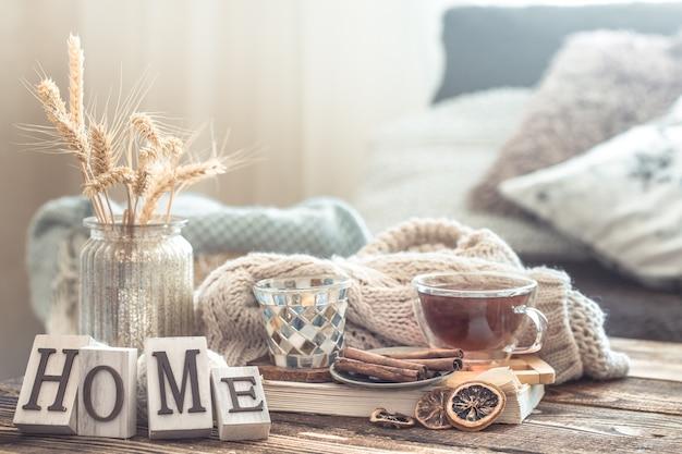Detalhes de natureza morta do interior da casa em uma mesa de madeira com letras de casa, o conceito de aconchego e ambiente doméstico.